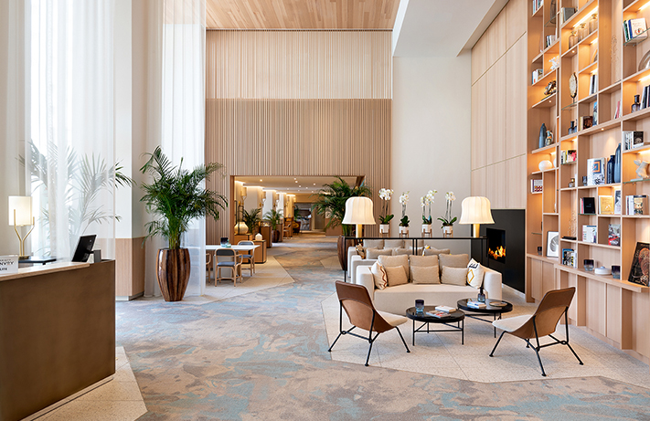Un important espace a été dédié au lobby, désormais particulièrement lumineux © Riviera Marriott